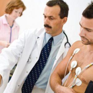 medico prepara paziente per eseguire elettrocardiogramma da sforzo