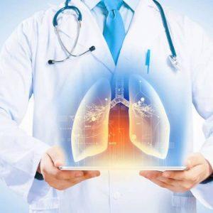 spirometria semplice e con broncodilatatore - medico mostra immagine dei polmoni