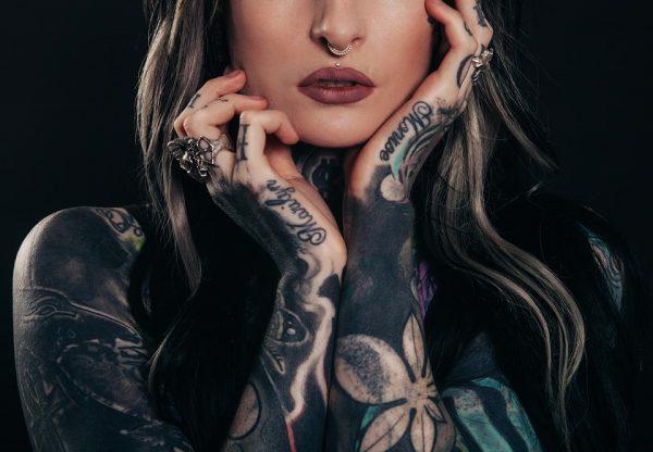 rimozione tatuaggi - ragazza tatuata