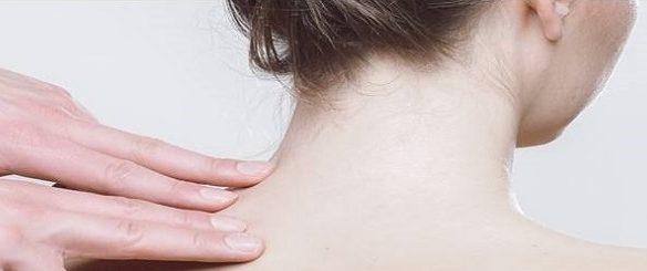 Fisiatria-specialista-durante-massaggio-fisioterapico-spalla-sinistra