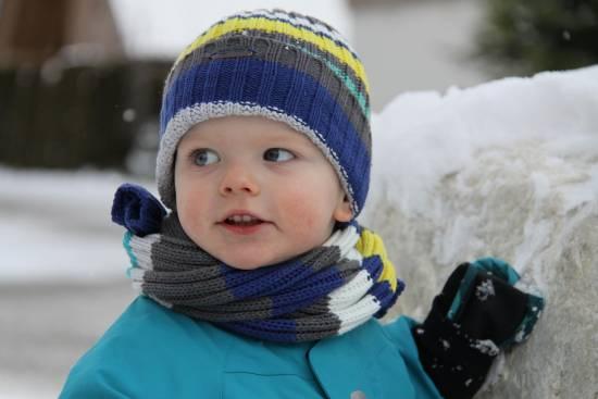 proteggersi dal freddo, bimbo con sciarpa e cappello